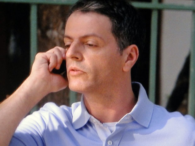 Lorenzo ajuda Gil ao telefone (Foto: Malhação / TV Globo)