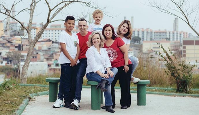 Silvia Almeida, 53 anos: depois de receber o diagnóstico, há 23 anos, ela é consultora em prevenção ao HIV (Foto: Tomás Arthuzzi)