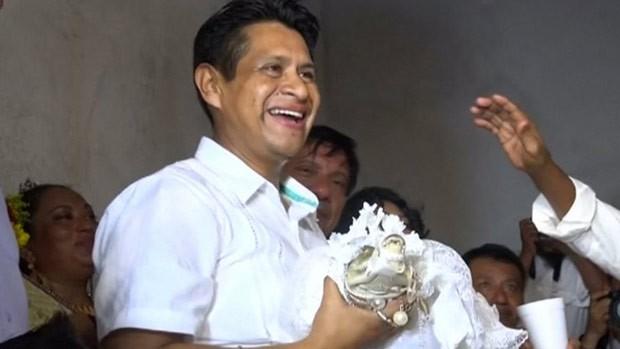 Joel Vasquez Rojas se casou com fêmea de crocodilo (Foto: Reuters)
