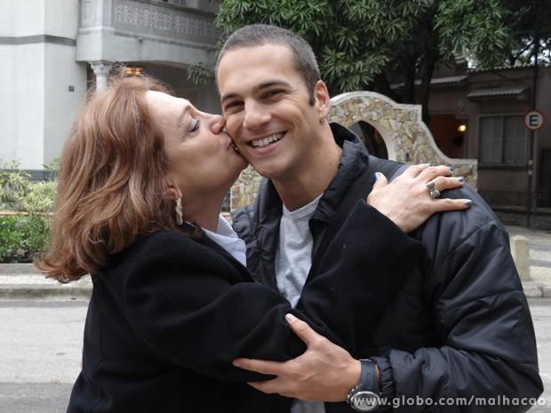 Carinho de mãe é sempre bom, né? (Foto: Malhação/TV Globo)