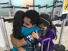 Luciano emociona seguidores com despedida das filhas após férias