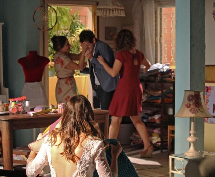 Eva e Paulucha tapam os olhos de Ben para que ele não veja Mari vestida de noiva (Foto: Rodrigo Dau/Gshow)