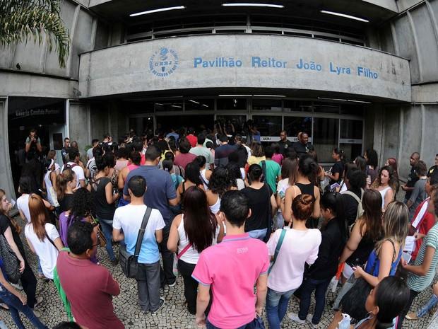 DOMINGO (9) - Rio de Janeiro (RJ) - Entrada dos candidatos para o segundo dia de prova do Enem no campus da Uerj (Foto: Alexandre Durão/G1)