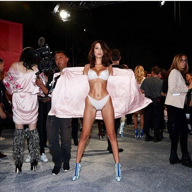 A modelo americana Bella Hadid mostra o corpaço nos bastidores do desfile (Foto: Reprodução/ Instagram)