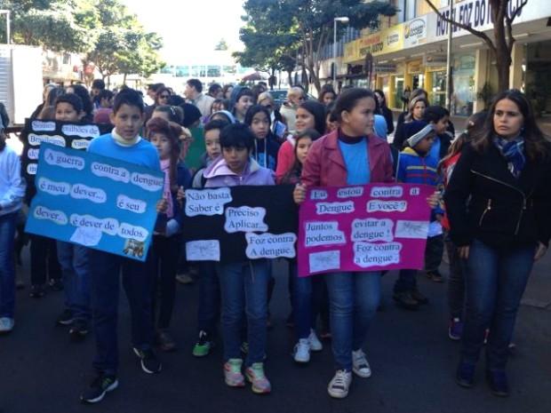 Passeata pela Avenida Brasil reuniu cerca de 80 alunos de escolas municipais de Foz do Iguaçu  (Foto: Caio Vasques / RPC TV)