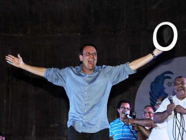 Eduardo Paes comemora reeleição com samba (Foto: Alexandre Durão / G1)