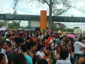 Estudantes ocupam portões da universidade nesta quinta-feira (3) (Foto: Divulgação/ Uefs)