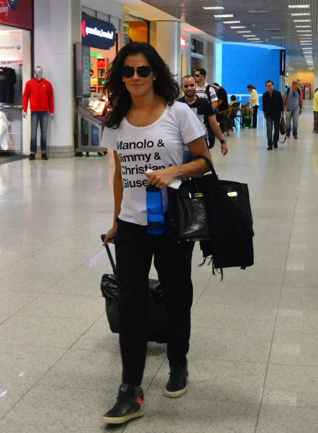 Deborah Secco em aeroporto (Foto: William Oda/Agnews)