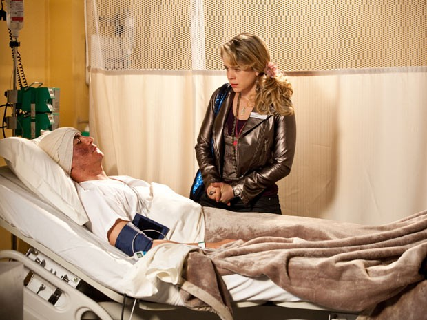 Rosário fica péssima diante de Fabian, que ela pensa ser Inácio em coma (Foto: Cheias de Charme / TV Globo)