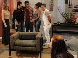 Jeffinho chega na casa de Fabiano e já fica de olho em Débora (Foto: Malhação / Tv Globo)