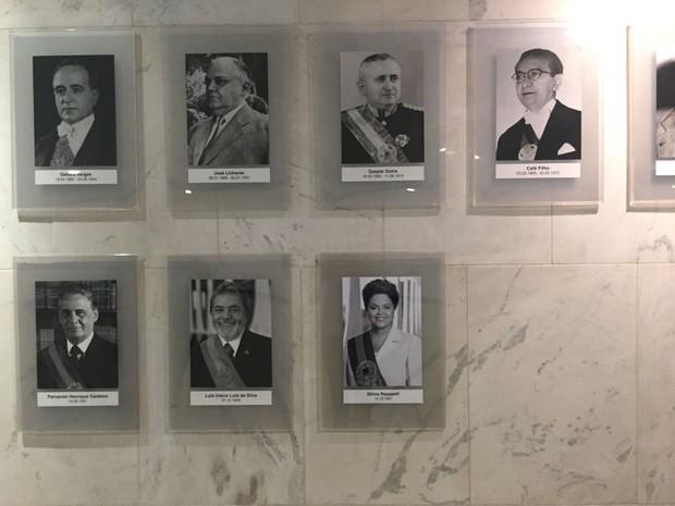 Fotografia oficial de Dilma Rousseff foi pendurada no rol de ex-presidentes da República do Palácio do Planalto (Foto: Luciana Amaral / G1)