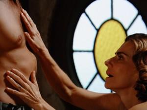 Sinhazina deixa o medo de lado e toca Osmundo (Foto: Gabriela / TV Globo)