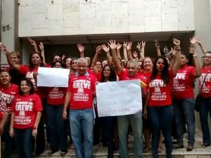 Servidores se reuniram na frente de uma agência do INSS, em Cuiabá (Foto: Cleones Selestino/ Presidente INSS-MT)