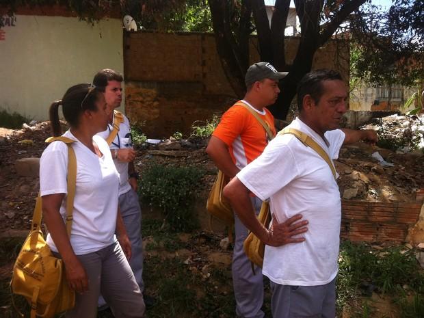No Bairro Atalaia um terreno baldio está repleto de lixo e com focos de dengue, aponta agentes. (Foto: Diego Souza/G1)