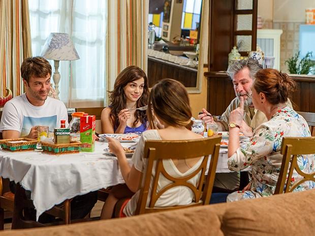 O filhos reclamam que tem pouca comida na casa (Foto: Artur Meninea/Gshow)