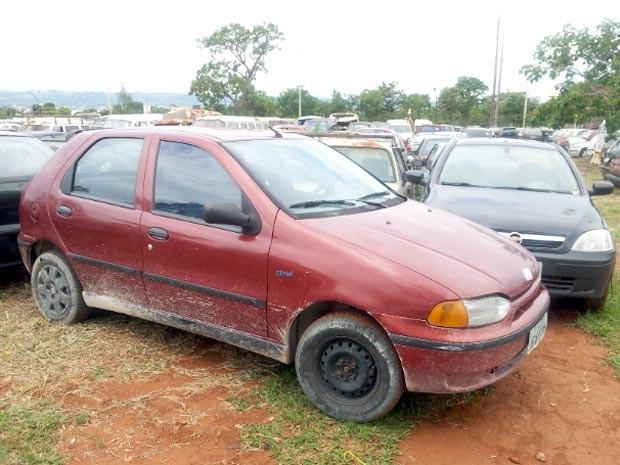 Carro com 70 multas apreendido pelo Detran no Setor de Indústrias e Abastecimento (Foto: Ricardo Moreira / G1)