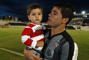 Atacante Candinho com o filho (Foto: Vital Florêncio / GloboEsporte.com)