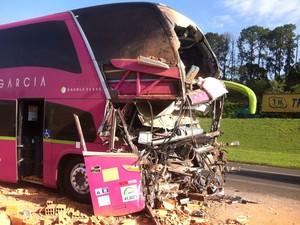 Motorista e um dos passageiros morreram na hora (Foto: Felipe Bela/ TV TEM)
