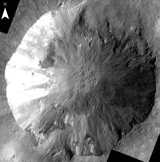 Pasadena, Califórnia (AP) - Os cientistas estão tentando entender a formação de valas no interior crateras existentes na superfície do asteroide gigante Vesta. Tais características são esculpidas pela água na Terra, o que tem intrigado os pesquisadores. A sonda Dawn, da Agência espacial americana (Nasa) avistou dois tipos de canais nas paredes da cratera do corpo celeste, considerado o segundo maior existente no cinturão de asteroides. A imagem foi divulgada nesta quinta-feira (6), nos Estados Unidos. (Foto: Nasa/AP)