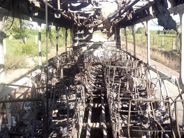 Parte interna foi consumida pelo fogo. Ninguém ficou ferido. (Foto: Glaydson Castro/ TV Liberal)