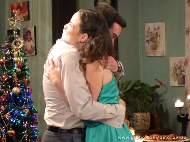 Gina e Elias comemoram (Foto: Amor à Vida/ TV Globo)