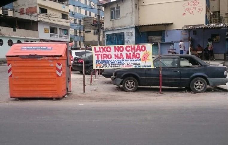 Faixa na Favela do Sapo