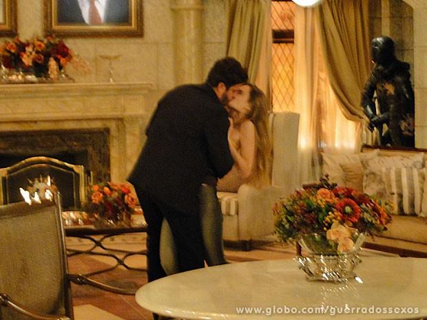 Zenon dá beijão em Analú (Foto: Guerra dos Sexos / TV Globo)