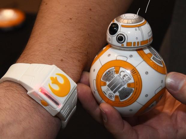 Protótipo da versão do BB-8, o robô de 'Star Wars: O despertar da força', criado pela Disney, Lucasfilm e Sphero é apresentado na CES 2016, em Las Vegas; ele pode ser controlado com um relógio especial criado pela Sphero (Foto: Ethan Miller/Getty Images North America/AFP)