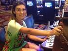 De look curto, Andressa Urach joga em Las Vegas