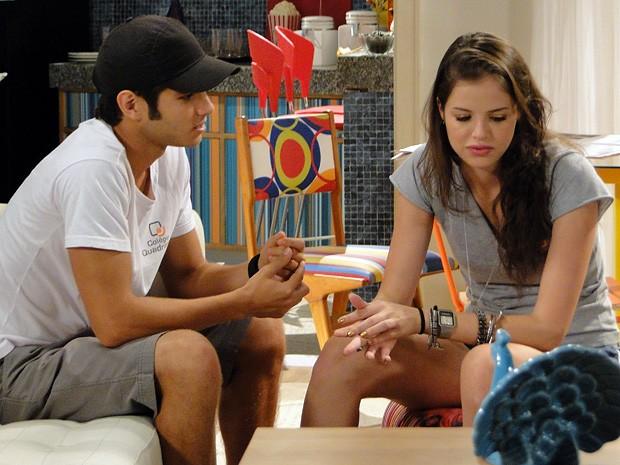 Bolado, Gil pede desculpas a Ju e ganha beijinho no rosto... (Foto: Malhação  / TV Globo)