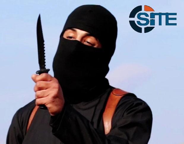 O militante mascarado conhecido como jihadista John, identificado como Mohammed Emwazi, é visto em frame de vídeo de 2014 (Foto: SITE Intel Group/Handout via Reuters )