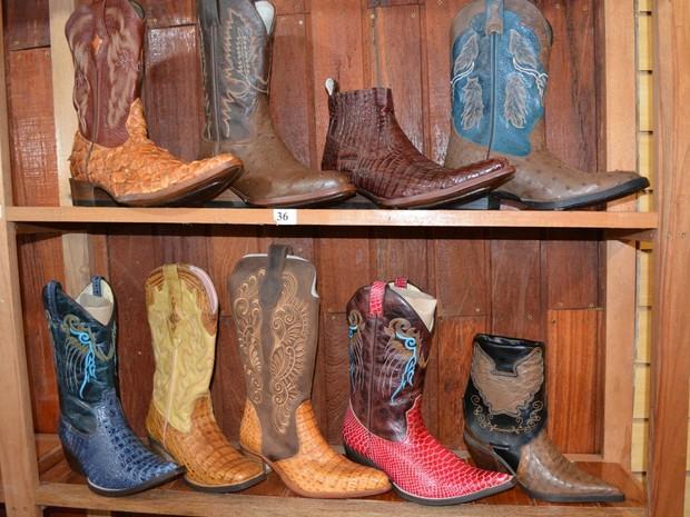 Em média, cada par de bota custa R$ 250, segundo empresário (Foto: Jonatas Boni/ G1)