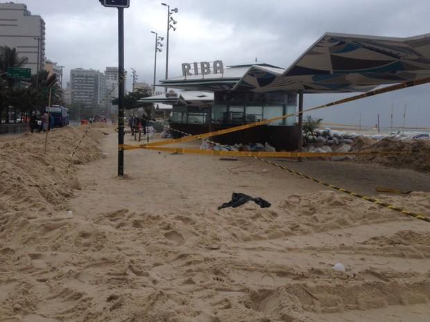 Trecho do calçadão do Leblon ainda tinha muita areia na manhã deste domingo (30) (Foto: Débora Fonseca / G1 Rio)