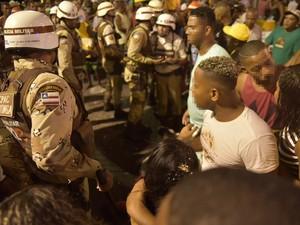 Multidão se assustou com tiro em pleno circuito no carnaval de Salvador. Bahia (Foto: Elias Dantas/Ag. Haack)
