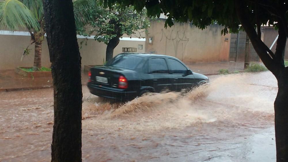 Carros tiveram dificuldade para passar em alguns pontos da cidade (Foto: Olávio Rodrigues/TV Morena)