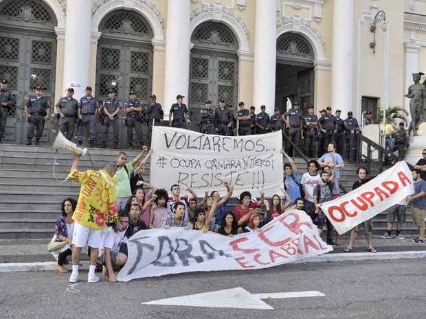 Com barreira policial ao fundo, manifestantes prometem voltar a ocupar a Câmara dos Vereadores de Niterói (Foto: Fagner Angelino / Futura Press / Estadão Conteúdo)