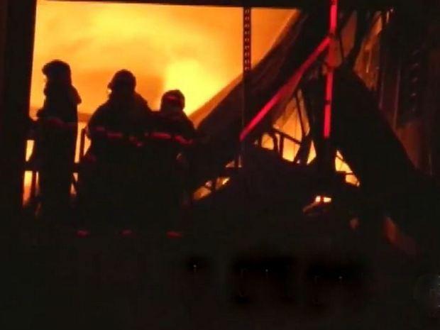 ce88f3800 Bombeiros combatem fogo em fábrica de Nova Odessa (Foto: Reprodução/EPTV)