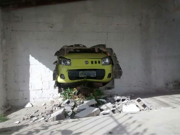 Motorista joga carro da ex contra muro, no Espírito Santo (Foto: Roberto Pratti/ TV Gazeta)
