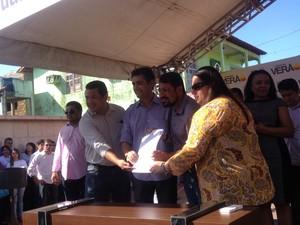 Governo e prefeitura assinaram plano de obras para asfaltamento em Macapá (Foto: Dyepeson Martins/G1)