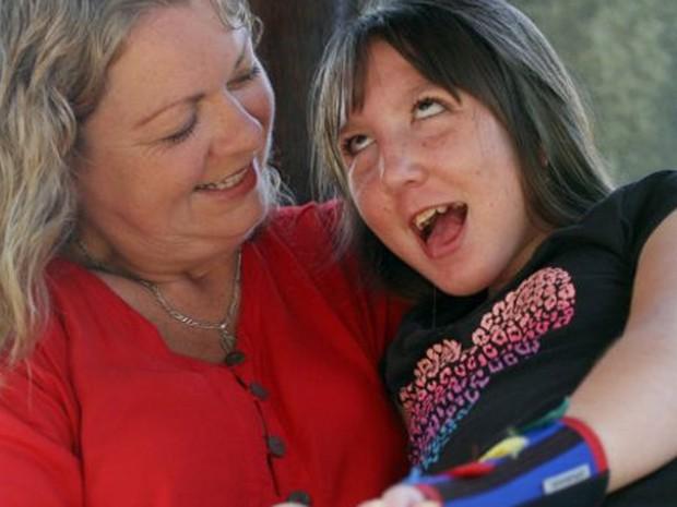 Jenn e sua filha Charley, que faz tratamento hormonal para nunca crescer  (Foto: BBC)