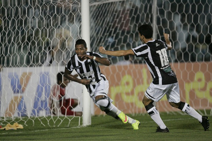 Gol Alvinegro sai nos acréscimos da partida (Foto: Bruno Gomes/ Agência Diário)