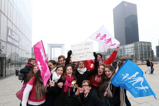 Jovens participam de manifestações contra o casamento gay (Foto: Thomas Samson/AFP)