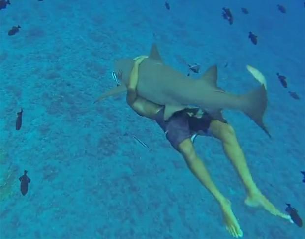 Grant Murdock nadou 'abraçadinho' com tubarão em manobra perigosa em Bora Bora, na Polinésia Francesa (Foto: Reprodução/LiveLeak/Aussie)