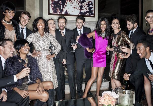 Naomi posa com Glória Maria, Beth Lago e mais amigos e modelos (Foto: Reprodução)