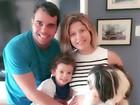 Bárbara Borges exibe barrigão em foto com a família: 'Esperando a chegada'