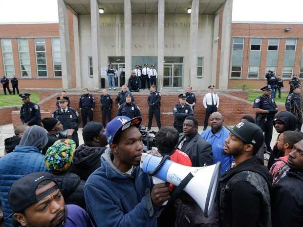 Manifestação chegou ao prédio da polícia local. (Foto: Patrick Semansky / AP Photo)