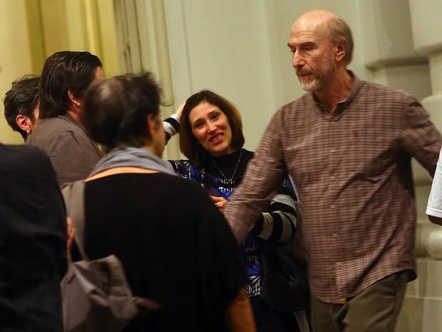 Beth Goulart e Odilon Wagner no velório de Paulo Goulart, em São Paulo (Foto: Iwi Onodera/ EGO)