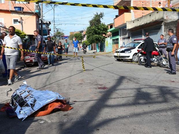 Dois suspeitos de roubo morrem linchados na Rua Doutor Carmelo de Agostinho, no bairro de Taipas, Zona Norte de São Paulo (Foto: Marcos Bezerra/Futura Press/Estadão Conteúdo)