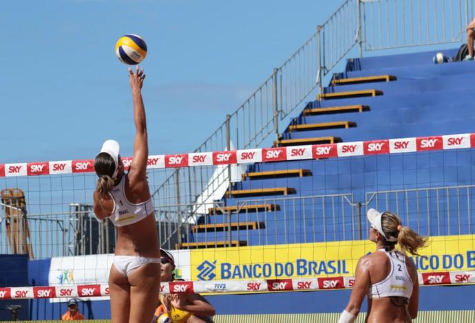 Lili ataca e é observada por Maria Elisa circuito mundial vitória (Foto: Matheus Vidal/CBV)