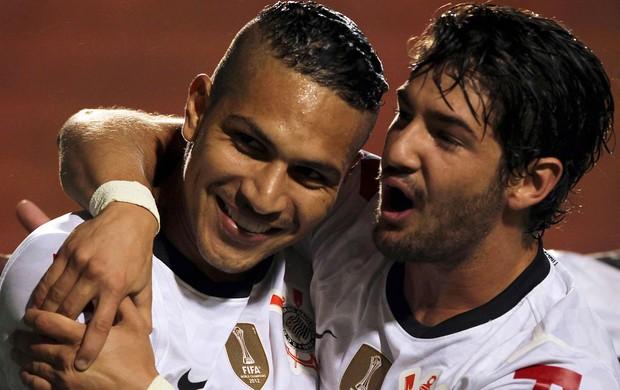 Paolo Guerrero e Alexandre Pato comemoram gol do Corinthians sobre o Millonarios (Foto: Reuters)